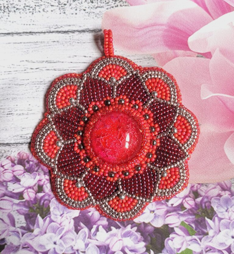 Wisior wykonany w pracowni Handmade by Karolina